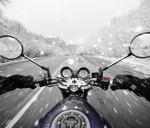 Safely ride a motorcycle in the winter, watch out for hazards..jpg